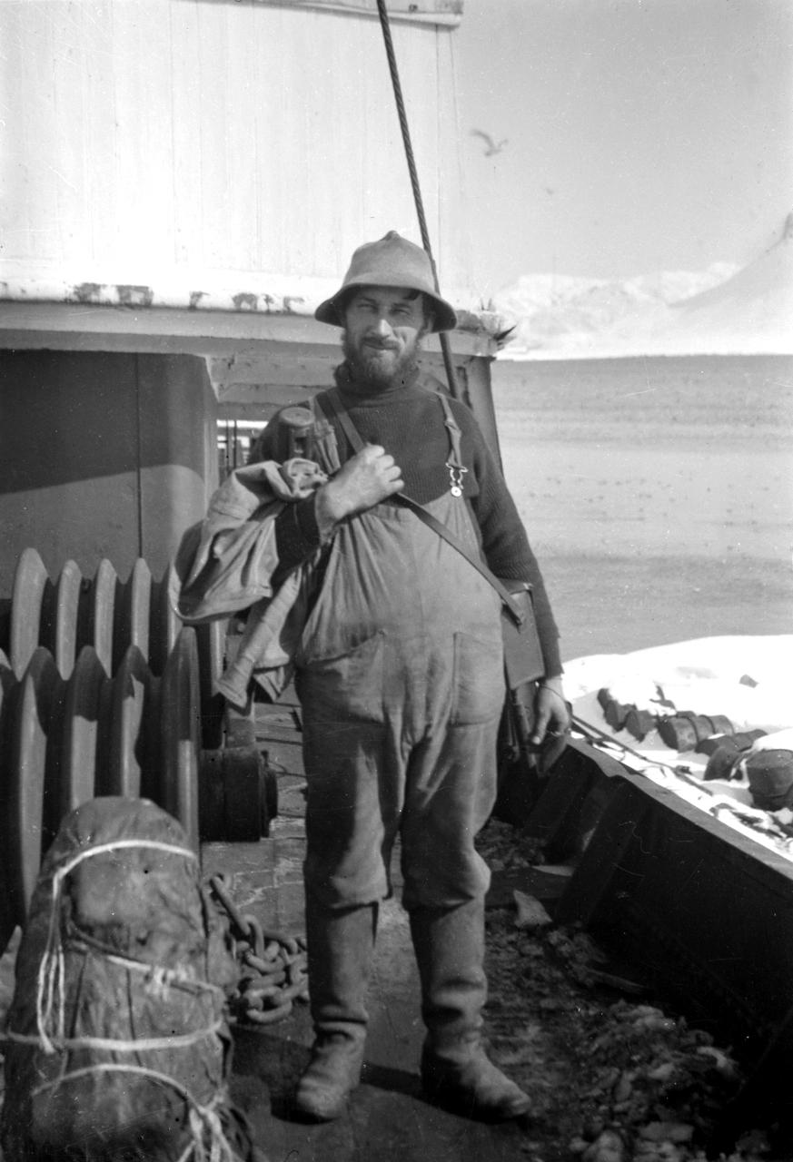 Theodor Andersson på dekk med sitt fotoapparat