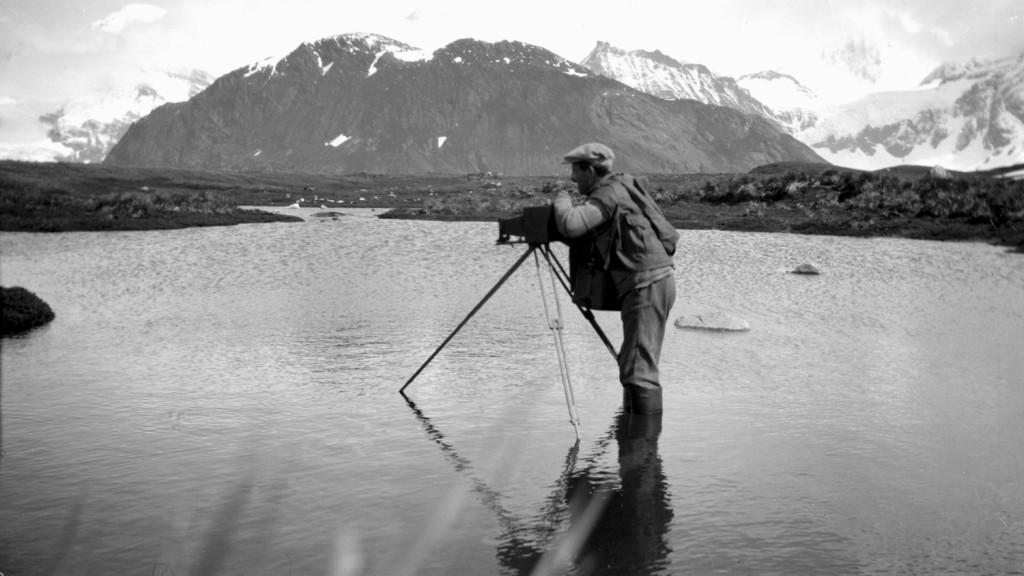 Theodor Andersson fotograferer i vannet