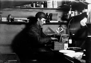 Andersson i mørkerommet med kopieringskassen