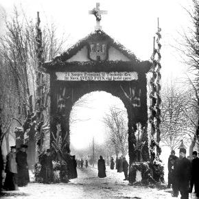A-00303 Æresport, Svend Foyns begravelse 8 desember 1894  – Fru Foyn sees midt i portalen – Fotograf Larsen – Slottsfjellsmuseets fotoarkiv