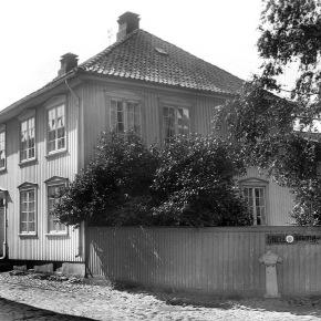 A-00376 Nedre Langgt 18  – Fotograf Larsen – Slottsfjellsmuseets fotoarkiv