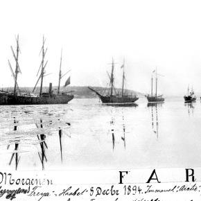 A-00463 Kortesje Svend Foyns skip, begravelsesdag i desember 8 desember 1894 – Fotograf Larsen – Slottsfjellsmuseets fotoarkiv